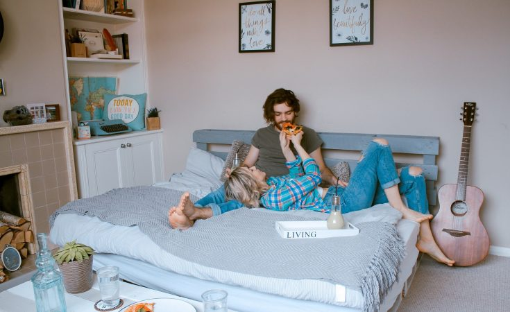 couple-eating-together-at-bed