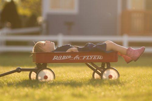δίχρονο ξαπλωμένο σε ένα παιχνίδι