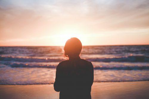 κοπέλα που κοιτάζει το ηλιοβασίλεμα