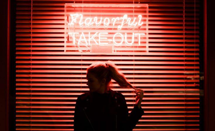 κοπέλα που στέκεται στο σκοτάδι και περιμένει για το αργότερα